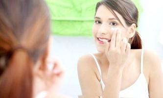 Як зберегти молодий шкіру навколо очей, використовуючи домашні зміцнюючі засоби?
