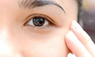 Чому червоніє шкіра навколо очей і як з цим боротися?