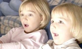 Дитина дивиться телевізор - це користь чи шкода?