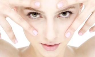 Рецепти, які працюють: прибираємо мішки під очима за допомогою натуральних масок