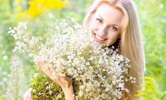 Золотисте сяйво і сила волосся: застосування відвару і настою з ромашкою