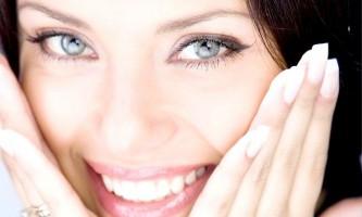 Найкорисніші косметичні та ефірні масла для розгладження зморшок навколо очей